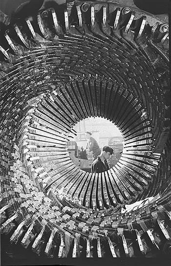Численность рабочих увеличивалась в основном за счет крестьян, которые, подобно пастуху Стаханову, бежали из разоренных деревень на стройки и заводы. Квалификация таких рабочих была крайне низкой, и необходимо было каким-то образом научить новоиспеченных пролетариев пользоваться техникой. Для этого и придумали движение рекордсменов