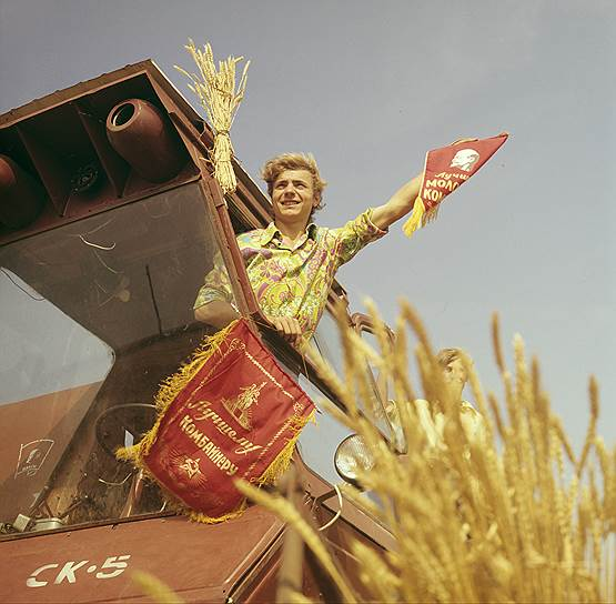 «Перед нами стоит вопрос огромной важности. Стахановское движение. Что это такое? Что произошло? Вот до сих пор мы корпели, возились с организацией угледобычи и никак не могли дать на отбойный молоток больше 6-7 тонн. И вот в один прекрасный день товарищ Стаханов, герой нашей страны теперь, ахнул 102 тонны на отбойный молоток»,— восхищался стахановцами нарком Серго Орджоникидзе <br>На фото: Владимир Панчук — молодой комбайнер колхоза им. Ильича Ленинградского района Краснодарского края
