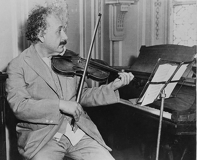 «Делай просто — насколько возможно, но не проще этого» <br>Альберт Эйнштейн начал заниматься игрой на скрипке с шести лет по инициативе матери. Увлечение музыкой сохранилось у Эйнштейна на всю жизнь. Уже находясь в США в Принстоне, в 1934 году Альберт Эйнштейн дал благотворительный концерт, где исполнял на скрипке произведения Моцарта в пользу эмигрировавших из нацистской Германии ученых и деятелей культуры