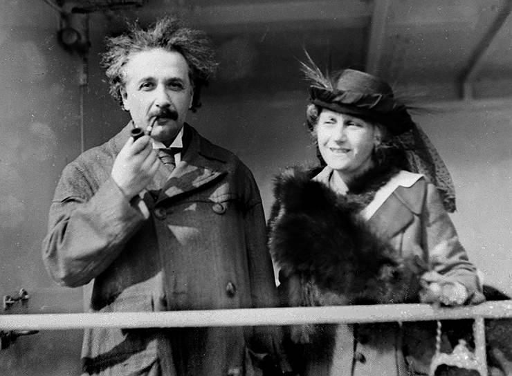 «Процесс научных открытий — это, в сущности, непрерывное бегство от чудес» <br>Работы 1905 года принесли Альберту Эйнштейну, хотя и не сразу, всемирную славу. 30 апреля 1905 года он направил в университет Цюриха текст своей докторской диссертации на тему «Новое определение размеров молекул». 15 января 1906 года он получил степень доктора наук по физике. Тогда же Эйнштейн начал переписываться и встречаться с самыми знаменитыми физиками мира <br>На фото: Альберт Эйнштейн со своей второй женой Эльзой (1921 год)