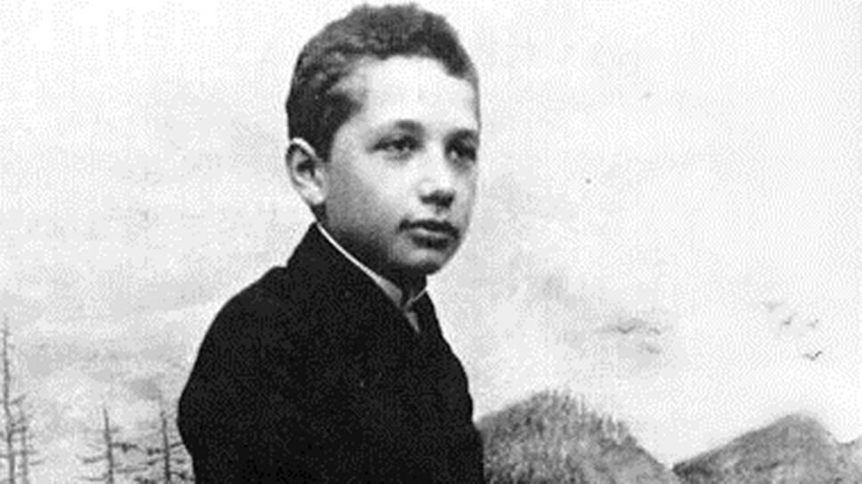 «Я родился — и это все, что нужно для счастья!» Альберт Эйнштейн родился 14 марта 1879 года в южногерманском городе Ульме. Начальное образование мальчик получил в местной католической школе и до 12 лет, по собственным словам, был глубоко религиозен, однако благодаря научно-популярным книгам пришел к убеждению, что многое из того, что изложено в Библии, не может быть правдой. Из детских впечатлений Эйнштейн позже вспоминал как наиболее сильные: компас, «Начала» Евклида и (около 1889 года, когда ему было 10 лет) «Критику чистого разума» Иммануила Канта