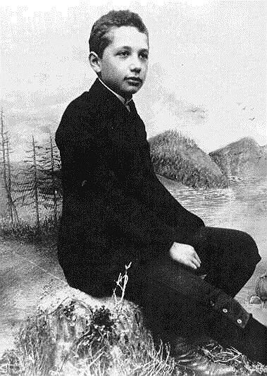 «Я родился — и это все, что нужно для счастья!» <br>Альберт Эйнштейн родился 14 марта 1879 года в южногерманском городе Ульме. Начальное образование мальчик получил в местной католической школе и до 12 лет, по собственным словам, был глубоко религиозен, однако благодаря научно-популярным книгам пришел к убеждению, что многое из того, что изложено в Библии, не может быть правдой. Из детских впечатлений Эйнштейн позже вспоминал как наиболее сильные: компас, «Начала» Евклида и (около 1889 года, когда ему было 10 лет) «Критику чистого разума» Иммануила Канта