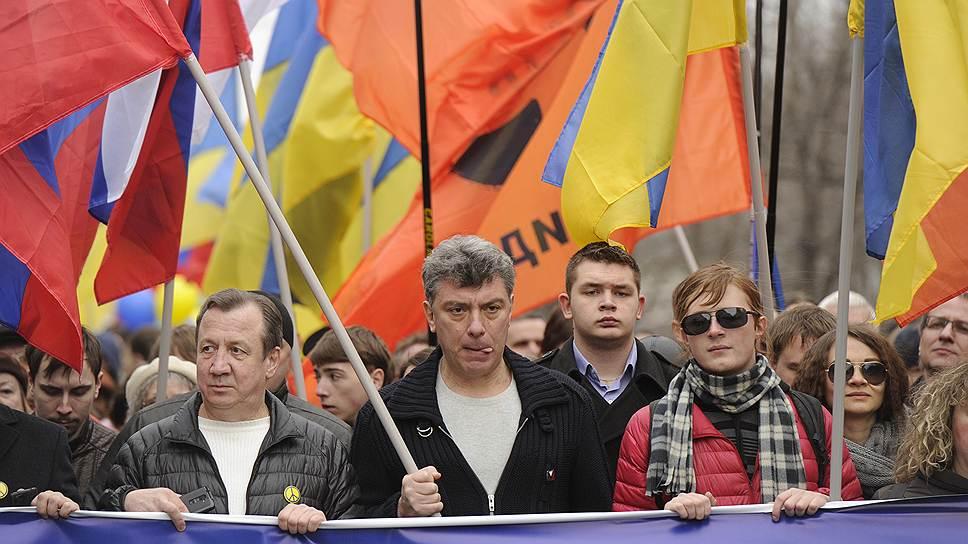 Сопредседатель партии «РПР-ПАРНАС» Борис Немцов (в центре)