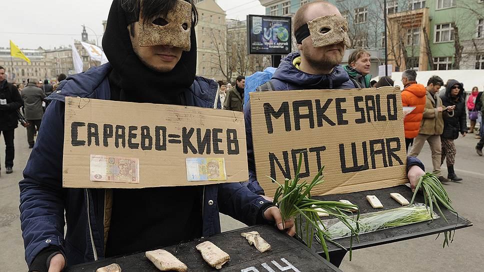 Участники шествия противников военного вмешательства России в ситуацию в Крыму