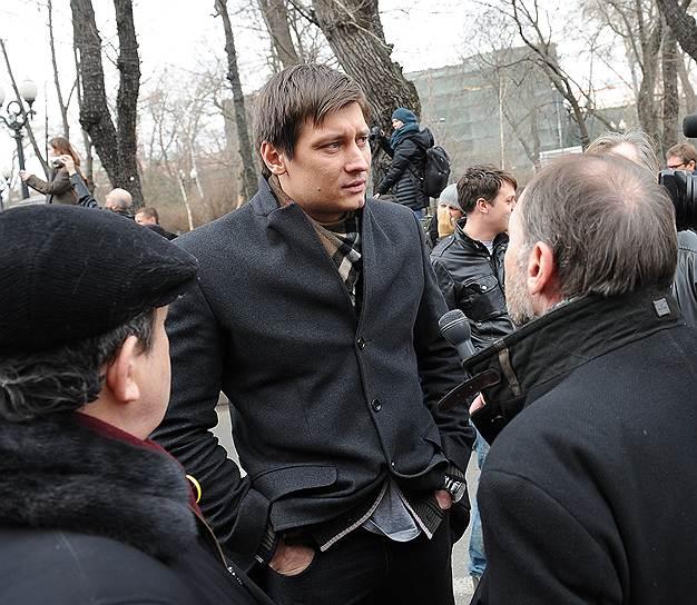 Политик Дмитрий Гудков (в центре) во время митинга противников военного вмешательства России в ситуацию в Крыму