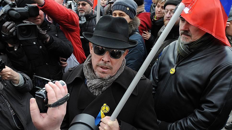 Музыкант Андрей Макаревич (в центре) на «Марше мира» в Москве