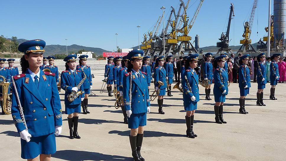 КНДР и Россия ведут ряд совместных проектов. В частности, в 2013 году ОАО РЖД завершило реконструкцию участка железной дороги Хасан—Раджин, соединившего Транскорейскую железнодорожную магистраль с Транссибом. В том же году был запущен экспорт российского угля через незамерзающий порт Раджин (на фото) в Северной Корее
