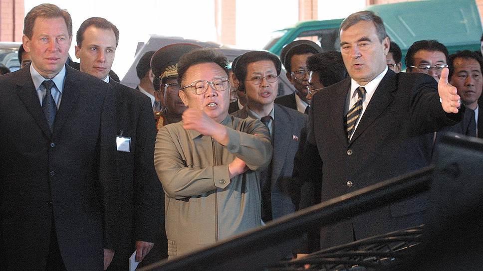 В июле-августе 2001 года северокорейский лидер Ким Чен Ир совершил поездку по России на бронепоезде. 4 августа 2001 года Ким Чен Ир и Владимир Путин подписали в Москве совместную декларацию. В ней говорилось о расширении двусторонних отношений и утверждалось, что «ракетная программа КНДР носит мирный характер и, следовательно, не представляет угрозы для любой страны, с уважением относящейся к суверенитету КНДР». Еще один визит на Дальний Восток он совершил в 2002 году. С 2003 года Россия принимает участие в шестисторонних переговорах по ядерной программе КНДР