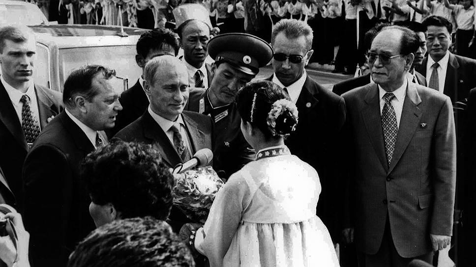 9 февраля 2000 года в Пхеньяне министры иностранных дел России и КНДР подписали новый договор «О дружбе, добрососедстве и сотрудничестве». В июле того же года президент России Владимир Путин посетил КНДР с визитом, после чего отправился на саммит G8 на Окинаве. Там на встрече с президентом США Биллом Клинтоном российский лидер со ссылкой на Ким Чен Ира сообщил, что КНДР «готова прекратить испытания баллистических ракет», если мировое сообщество окажет ей содействие в запуске одного-двух исследовательских спутников ежегодно. Кроме того, Владимир Путин заявил, что с Северной Кореей можно договариваться: «Лидер КНДР умеет слушать и слышать. Он адекватно реагирует на приводимые аргументы, поэтому он вполне может быть партнером по переговорам»