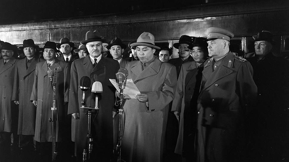 12 октября 1948 года СССР стал первой страной, признавшей Корейскую Народно-Демократическую Республику, образованную 9 сентября того же года. 17 марта 1949 года было подписано двустороннее соглашение об экономическом и культурном сотрудничестве <br>На фото приезд в Москву правительственной делегации Корейской Народно-Демократической Республики. Слева направо на переднем плане: министр иностранных дел СССР Вячеслав Молотов, лидер КНДР Ким Ир Сен, член Политбюро ЦК КПСС Николай Булганин на Ярославском вокзале