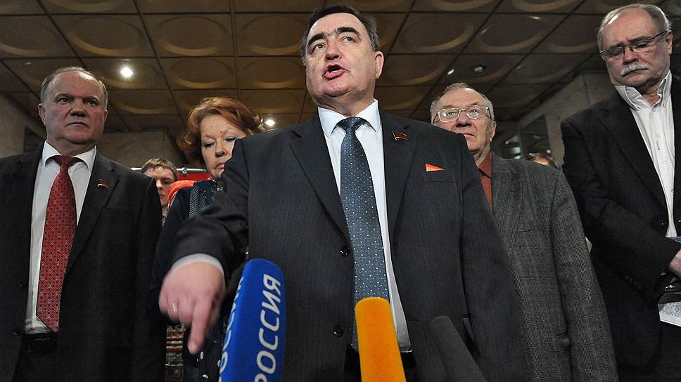 Бывший депутат ГД от КПРФ Владимир Никитин (в центре)