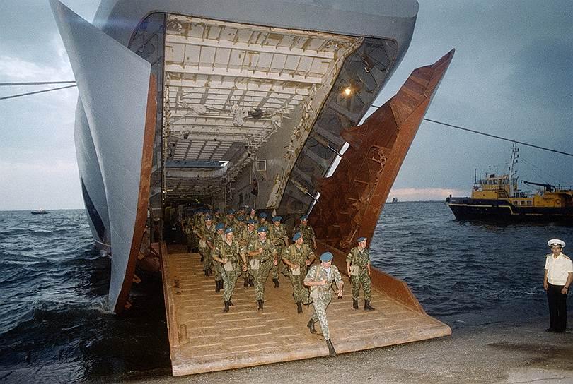 """12 июня 1999 года территорию Югославию заняли российские миротворческие силы, опередив силы НАТО. Они первыми заняли аэродром Слатина близ Приштины. Один из солдат США рассказывал следующее: «Около 200 русских расположились на аэродроме…. Прямым приказом генерала Уэсли Кларка было """"подавить их"""". Кларк использовал необычные для нас выражения. Например — """"уничтожить"""". Для захвата аэродрома были политические причины. Но практическим следствием стало бы нападение на русских»"""