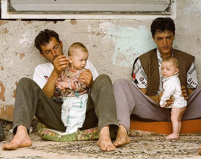 НАТО долгое время отрицало гибель гражданского населения в результате бомбардировок. Тем не менее, международная правозащитная организация Human Rights Watch подтвердила 90 инцидентов, приведших к гибели от 489 до 528  мирных граждан. Среди них — авиаудар по колонне албанских беженцев из Джяковицы (14 апреля), налет на города Сурдулица (27 апреля) и Ниш (7 мая), нападение на автобус на мосту близ Приштины (1 мая), удар по албанской деревне Кориша (14 мая)