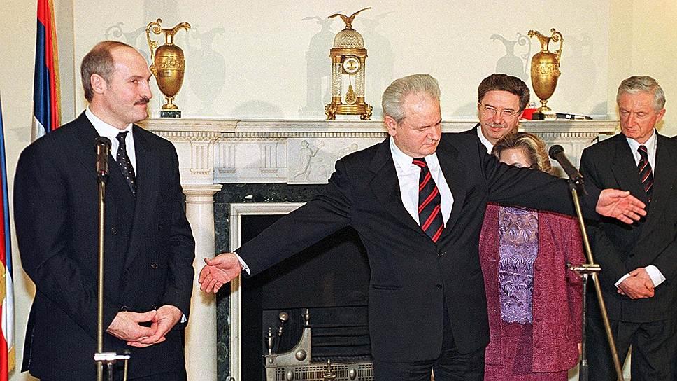 В апреле 1999 года парламент СРЮ проголосовал за присоединение к Союзу России и Белоруссии (на фото слева президент Белоруссии Александр Лукашенко, в центре президент Югославии Слободан Милошевич). Процесс присоединения был приостановлен по решению президента России Бориса Ельцина, опасавшегося реакции Запада