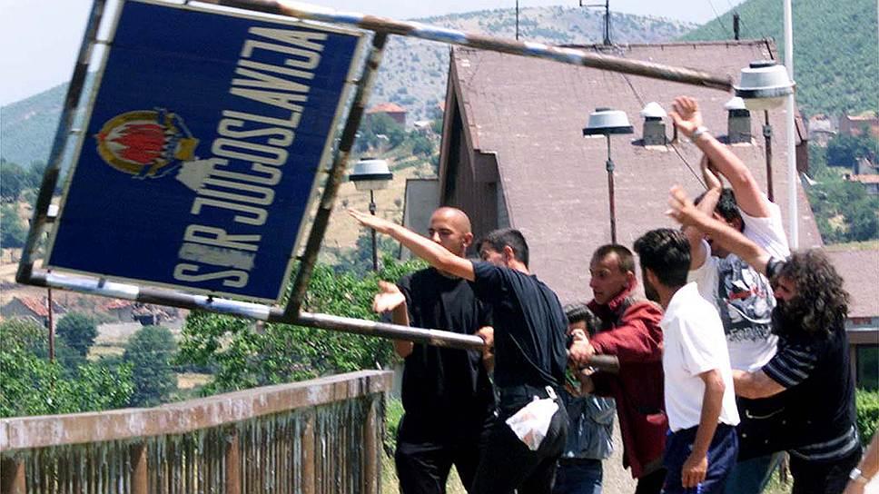 В результате действий НАТО по прекращению межэтнического конфликта около 863 тыс. человек (в основном живущие в Косово сербы), добровольно покинули регион. Еще 590 тыс. стали вынужденными переселенцами