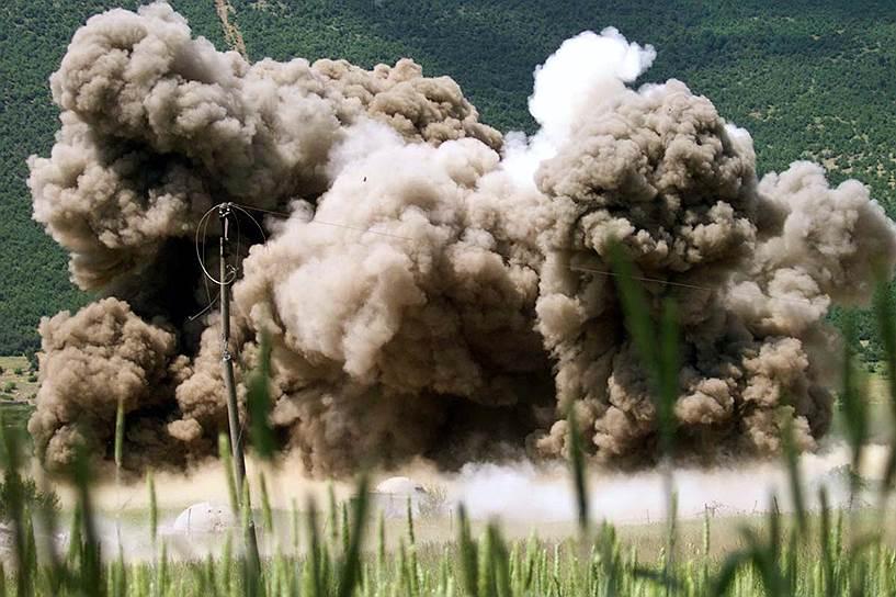 Сначала удары производились в основном по радарным установкам армии СРЮ, расположенным на черногорском побережье Адриатического моря. Затем обстрелу подверглись военный аэродром в нескольких километрах от Белграда и крупные промышленные объекты в городе Панчево. Всего за первый день операции силами НАТО были поражены 53 объекта. Правительство Сербии и Черногории впервые после Второй мировой войны объявило о введении военного положения