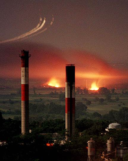 В ходе авиаударов зачастую применялись запрещенные вещества с радиоактивными примесями, главным образом обедненным ураном (U 238). Заражение радиоактивными материалами в Косово было подтверждено ООН в марте 2002 года. Всего на Югославию была сброшена 31 тыс. таких снарядов — главным образом на города в Косово: Призрен, Печ, Джаковицу, Сува-Реку и Урошевац