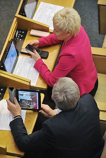 Член комитета Государственной думы по физической культуре, спорту и делам молодежи Римма Баталова (справа)