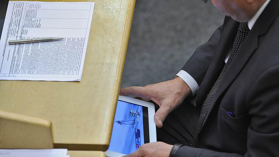 Депутат Государственной думы России во время заседания