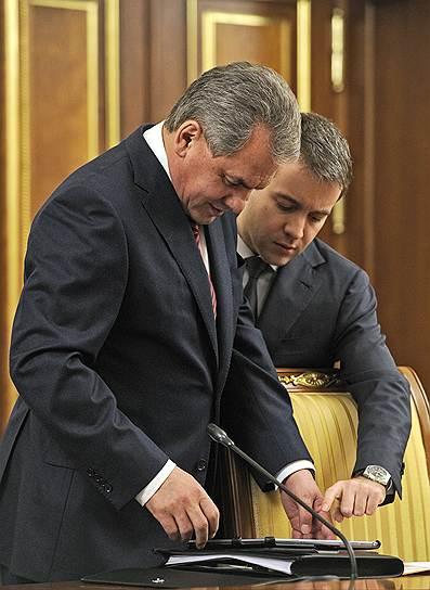 Министр обороны России сергей Шойгу (слева) и министр связи и массовых коммуникаций России Николай Никифоров