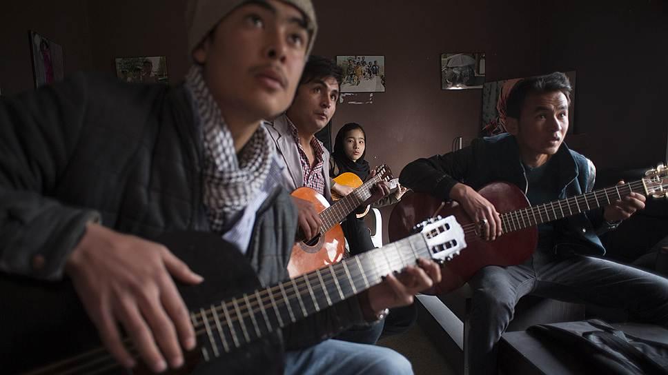 Несмотря на многолетний вооруженный конфликт и постоянные нападения боевиков, молодежь в афганской столице, Кабуле, живет насыщенной жизнью. Среди них есть много музыкантов, художников и гражданских активистов