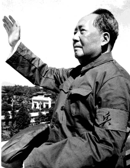 В 1966 году председатель ЦК КП Китая Мао Цзэдун объявил о начале «культурной революции». Она была призвана противодействовать возможной «реставрации капитализма» в КНР и «бороться с внутренним и внешним ревизионизмом». По сути же серия идейно-политических кампаний была нацелена на то, чтобы устранить из руководящих органов партии всех несогласных с политикой Мао Цзэдуна
