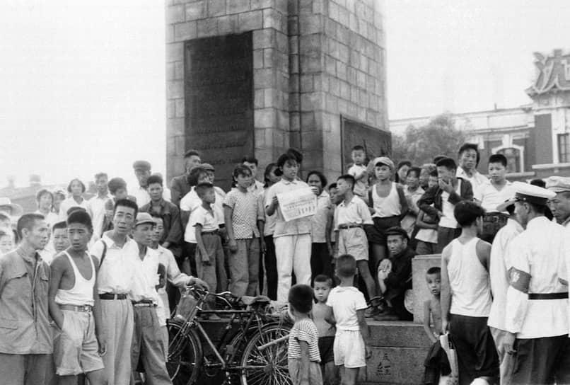 Еще одной причиной для проведения «культурной революции» стал провал политики «большого скачка». В 1958 году в Китае был объявлен курс на строительство «нового Китая». Изначально направленный на укрепление индустриальной базы и резкий подъем экономики, он обернулся одной из крупнейших трагедий китайского народа. Выбранный курс обошелся Китаю почти в $70 млрд, примерно 45 млн человек погибли от голода. Недовольные этим политическим курсом стали формировать оппозицию