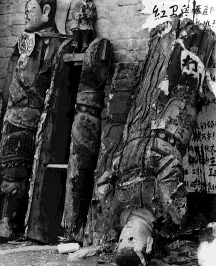 «Постановление о великой пролетарской культурной революции» от 8 августа 1966 года: «Ныне мы ставим себе целью разгромить тех облеченных властью, которые идут по капиталистическому пути, раскритиковать реакционных буржуазных ''авторитетов'' в науке, раскритиковать идеологию буржуазии и всех других эксплуататорских классов, преобразовать просвещение, преобразовать литературу и искусство, преобразовать все области надстройки, не соответствующие экономическому базису социализма, с тем чтобы способствовать укреплению и развитию социалистического строя» <br>На фото демонтированные статуи из буддистского храма