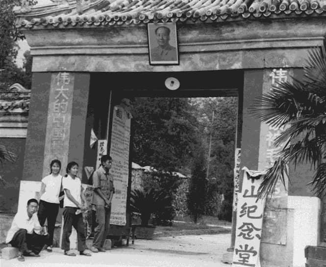 Бесчинствам хунвэйбинов не только не мешали, но и способствовали. Так, Министерство транспорта КНР выделило «бойцам с врагами пролетариата» бесплатные поезда для поездок по стране с целью «обмена опытом». Фактически остановилась культурная жизнь страны. Закрывались книжные магазины, запрещалось продавать любые книги, кроме цитатника Мао, который стал средством не только идеологической, но и физической борьбы. Было зафиксировано множество случаев, когда книгой в твердой обложке до смерти забивали видных деятелей партии, выбивая из них таким образом «буржуазный яд»