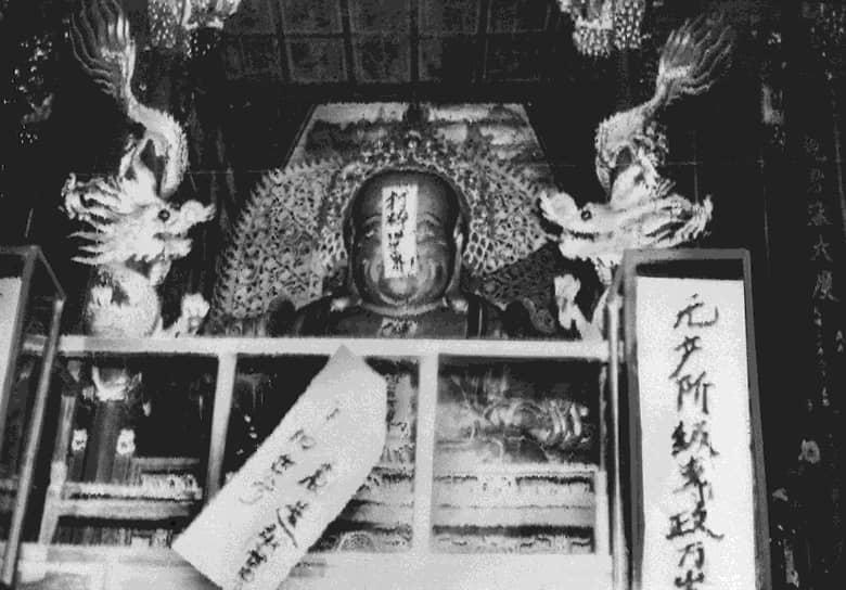 В театре выходили только «революционные оперы из современной жизни», написанные женой Мао Цзян Цин. Таким образом осуществлялась кампания за «социалистическое перевоспитание». Были сожжены все декорации и костюмы спектаклей Пекинской оперы. Сжигались монастыри и храмы, была снесена часть Великой китайской стены. Последнее было объяснено нехваткой кирпичей для «более необходимых» свинарников