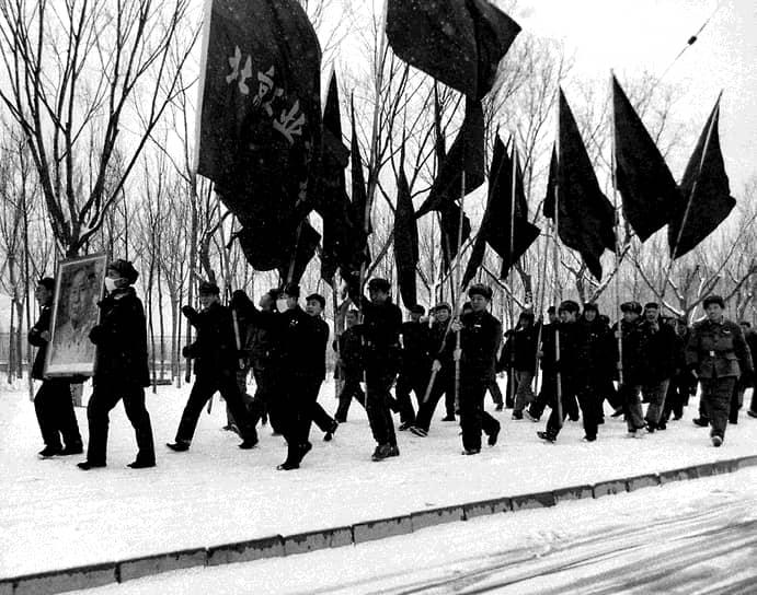 В конечном итоге Мао был вынужден применить армию против ставших неуправляемыми хунвейбинов. Они были признаны  «некомпетентными» и «политически незрелыми». Банды вступали в борьбу с армией, за что им грозило полное уничтожение. В сентябре 1967 года отряды и организации хунвейбинов были распущены. Главари были отправлены на сельскохозяйственные работы в провинции, некоторые были публично расстреляны