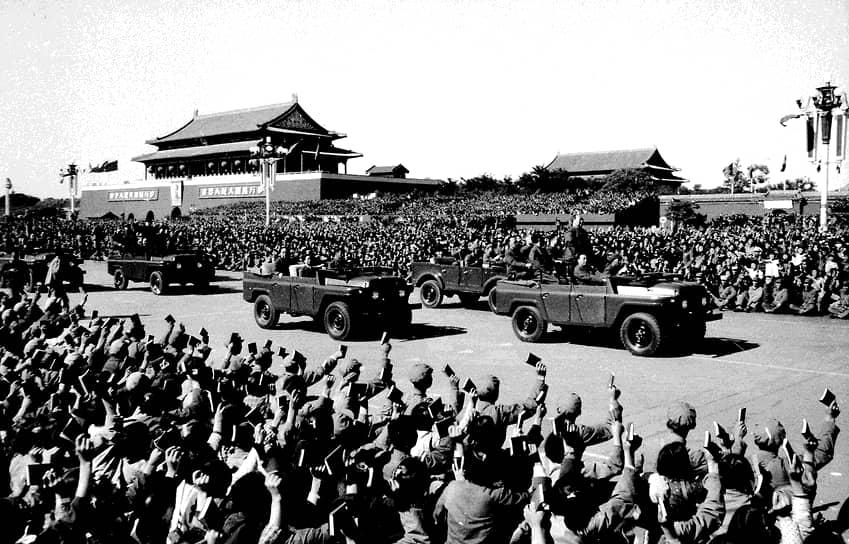 Еще одной кампанией, проводимой в рамках «культурной революции» в Китае, стало появление школ кадров 7 мая (название они получили от «Замечаний…» Мао Цзэдуна, сделанных 7 мая 1966 года, в которых и было заявлено о создании этих школ). В 106 школах в 18 провинциях готовили 100 тыс. чиновников центрального правительства. Система обучения заключалась в том, что треть рабочего времени отводилась для занятий физическим трудом, треть — теорией и треть — организацией  производства, управлением и письменной работой