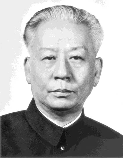 Начало «культурной революции» в Китае совпало с очередной кампанией «самокритики», которая заключалась в том, что китайцы (в том числе и партийцы) должны были в письменной форме изложить свои ошибки перед партией. Этой своеобразной традиции должен был последовать и председатель КНР Лю Шаоци (на фото), а также его соратники, что использовал в своих интересах Мао. На XI пленуме ЦК КПК разбиралось письмо Лю Шаоци, после чего он был отстранен от работы до тех пор,  «пока Компартия Китая будет определять характер его ошибок». Лю Шаоци и его семья подвергались многочисленным допросам, возле их дома собирались демонстрации в поддержку Мао. В конечном итоге Лю Шаоци был заключен в тюрьму, где умер в 1968 году