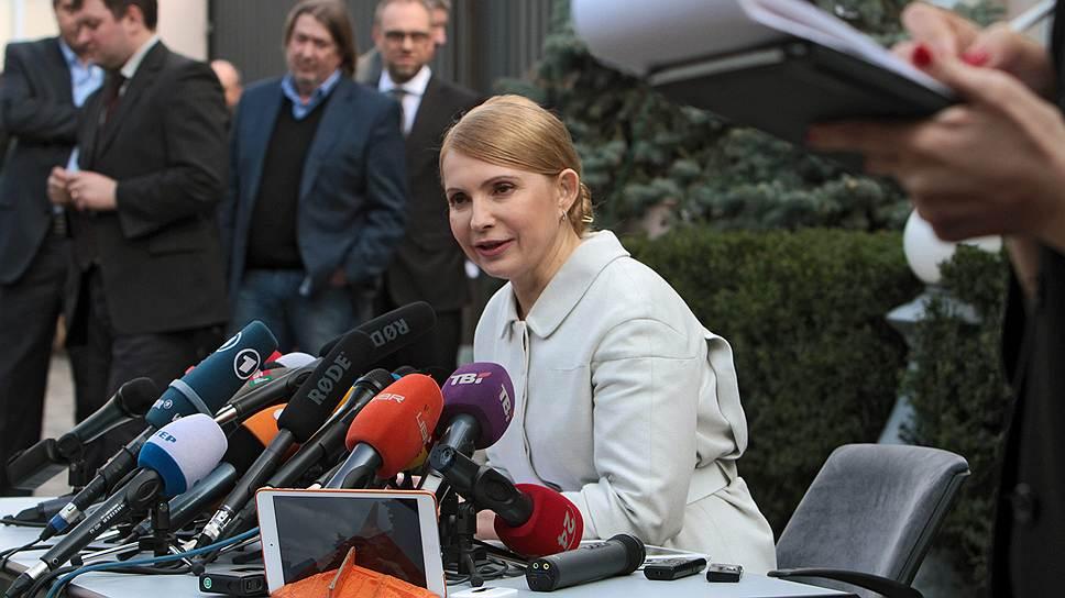 Юлия Тимошенко — 53 года, либерал-консерватор, правоцентрист, председатель партии «Батькивщина». Была премьер-министром Украины в 2005 году и с 2007 по 2010 годы. Ранее работала вице-премьером Украины по ТЭК (1999-2001). С 1997 года пять раз избиралась депутатом Верховной рады