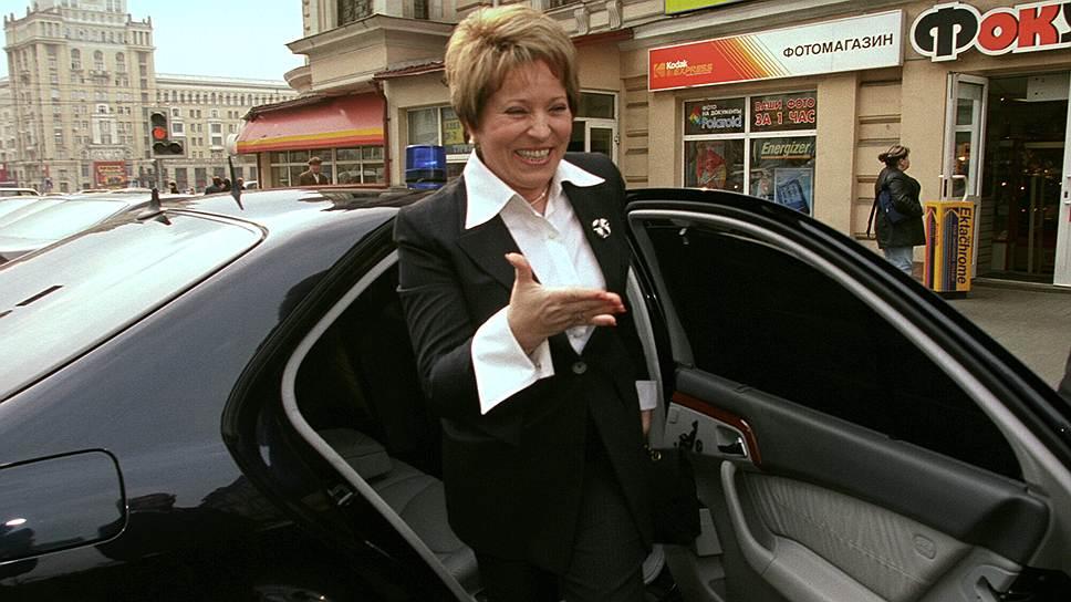 В 2007 году Валентина Матвиенко рекомендовала городским чиновникам хотя бы раз в месяц ездить на работу на общественном транспорте. Спустя три года местные СМИ сообщали, что чиновники высшего уровня в городском транспорте — до сих пор зрелище крайне редкое