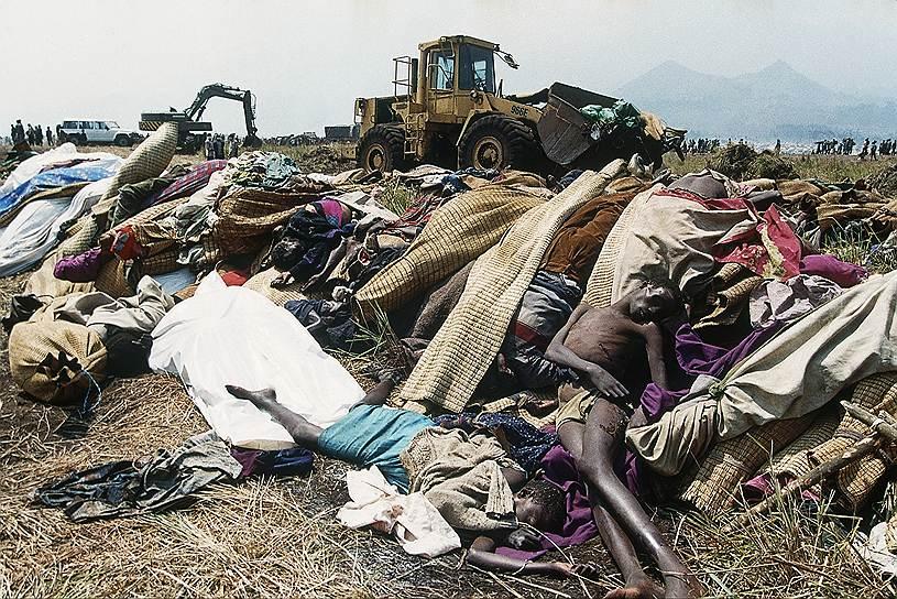 Геноцид в Руанде отличался особой жестокостью. Жертв долго мучали перед смертью, отрезая им пальцы, кисти, стопы, руки и ноги. Зачастую, не желая терпеть издевательства, жертвы просили убить их, даже предлагали деньги за это. Иногда над телами жертв издевались и после убийств