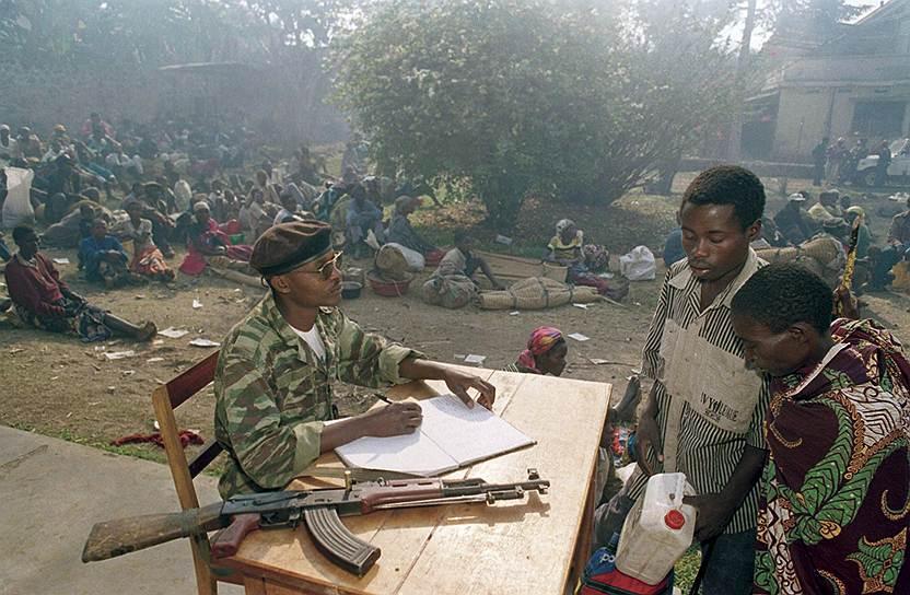 Когда в 1996 году повстанческая армия, сформированная из тутси, разгромила правительственные силы, французские части, по утверждению специальной комиссии, прикрывали отход боевиков хуту, позволив им укрыться в соседнем Заире (ныне ДРК). Париж подобные обвинения, ранее звучавшие неофициально, отвергал, настаивая, что французские войска пытались защитить людей и действовали с санкции ООН. Правительство Руанды обвинило Францию в причастности к геноциду в 2008 году