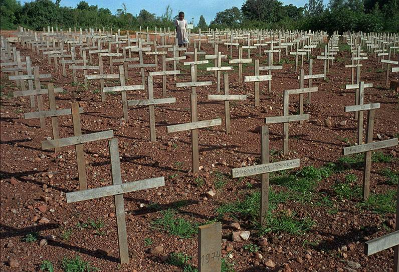Мировое сообщество в ходе массовых убийств продемонстрировало нерешительность, за что ответственные лица уже не раз извинялись перед народом Руанды. К началу резни в стране было 2,5 тыс. миротворцев ООН. Однако после того, как десять бельгийских военных погибли, СБ ООН решил вывести войска и оставить лишь 270 военнослужащих. Затем, в середине мая, Совбез изменил мнение и постановил ввести в Руанду 5,5 тыс. миротворцев, что и было сделано, но уже после окончания резни. Билл Клинтон, возглавлявший США в 1994 году, и Кофи Аннан, который тогда отвечал в ООН за миротворческие операции, принесли Руанде свои извинения. Их примеру последовали представители ряда стран, в том числе бывшей метрополии — Бельгии