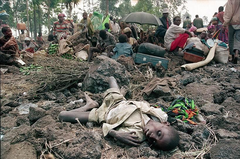Но вскоре все пошло в обратном направлении. Тутси, мобилизованные из соседних стран, в основном из Уганды, 4 июля 1994 года взяли Кигали и установили свое правительство. Решающую роль в победе тутси сыграла поддержка президента Уганды Йовери Мусевени, кстати, тоже тутси по происхождению. Теперь уже тюрьмы наполнились представителями бывшей политической элиты-хуту. По официальным данным, там умерло около 300 человек, по неофициальным — 18 тыс.