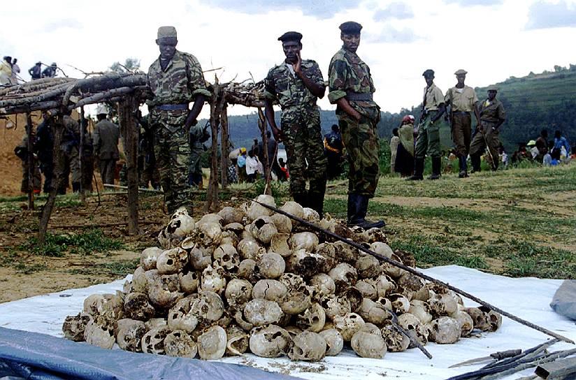 Более чем за 25 лет однозначного ответа на вопрос, кто виноват в трагедии, так и не удалось найти: участники конфликта продолжают обвинять друг друга и мировое сообщество. Судебная система Руанды не справляется с тысячами дел, многие организаторы массовых убийств успешно скрываются за границей, а родственники жертв, не добившись правосудия, продолжают искать мщения