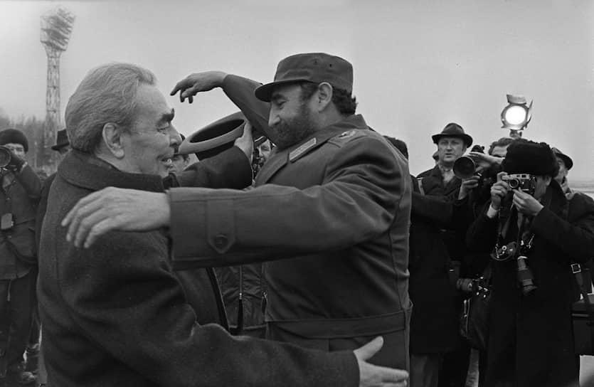 «У коммуниста нет никаких особых прав, кроме одного — быть впереди, быть там, где труднее»<br>Брежнев старался сохранить хорошие отношения со своими зарубежными коллегами. Так за первые десять лет у власти он посетил Венгрию, Францию, ФРГ, Кубу, где встречался с мировыми лидерами. В 1972 году состоялся первый за всю историю советско-американских отношений официальный визит президента США (Ричарда Никсона) в Москву. Спустя год Брежнев с ответным визитом посетил Штаты.<br>На фото: Леонид Брежнев и кубинский лидер Фидель Кастро