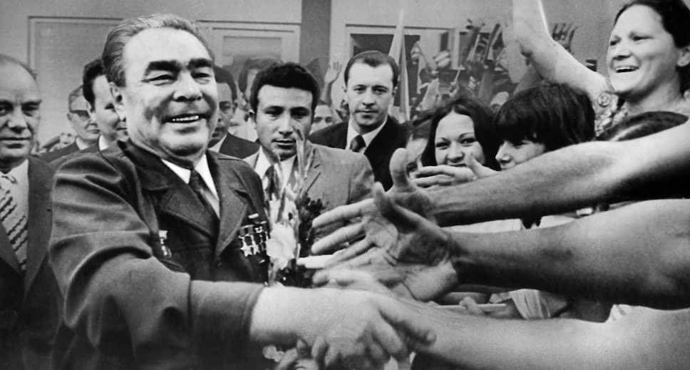 «Советские люди одобряют политику партии, поддерживают ее. И, тем не менее, мы всегда уделяли и уделяем большое внимание идеологической работе. Главное оружие в этой работе – правда»<br>Брежнев был награжден орденом «Победа» в 1978 году, что однако было отменено Горбачевым  спустя 11 лет. В 1981 году, накануне 50-летия пребывания Брежнева в партии, для него был выпущен отлитый из золота значок «50 лет пребывания в КПСС». В том же году он был награжден Золотой Звездой Героя СССР. Всего у Леонида Брежнева было более 100 различных наград