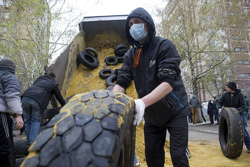 В Донецке активисты самообороны готовятся к вечернему штурму, все въезды в город ограничены, введена пропускная система