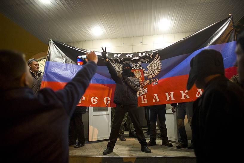 В центре Запорожья произошла драка между сторонниками евромайдана и федерализации Украины. Чтобы разнять драку, милиции пришлось применить слезоточивый газ