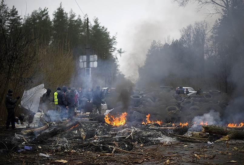 Сторонники федерализации Украины блокировали въезды в город Славянск <br>На фото ситуация в Славянске