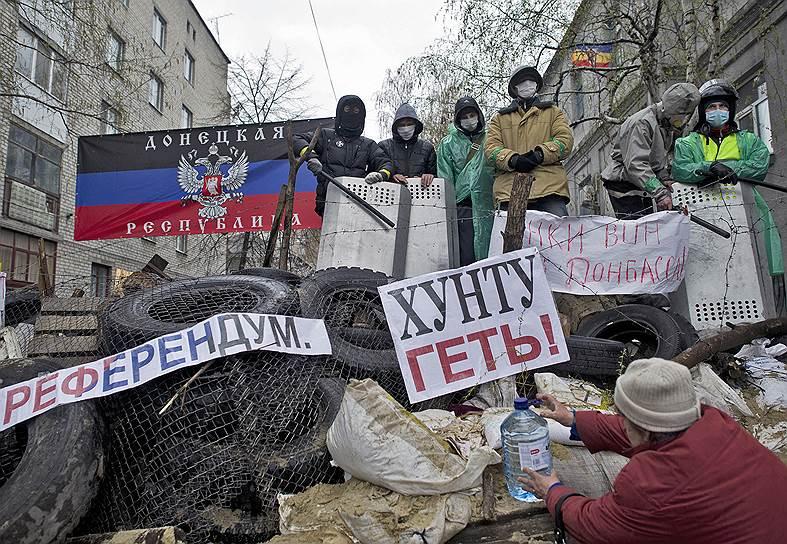 В связи с обострившейся ситуацией на востоке Украины Совет национальной безопасности страны принял решение о начале широкомасштабной операции с привлечением Вооруженных сил <br>На фото ситуация в Славянске