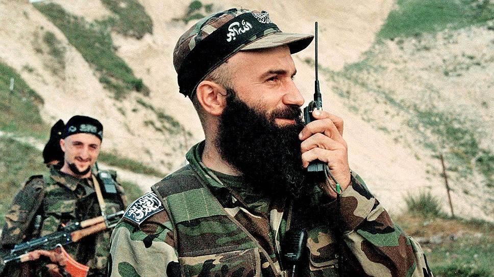 2 августа 1998 года формирования Басаева и Хаттаба пересекли чечено-дагестанскую границу. 7 августа 1999 года в Дагестан из Чечни вторглись более 400 боевиков под руководством Шамиля Басаева (на фото) и Хаттаба. Им удалось захватить пять сел Ботлихского района, в четырех селах Цумадинского района местные ваххабиты объявили о введении шариатского правления. Если первая чеченская война превратила радикальных полевых командиров в реальную силу, с которой так и не смог справиться режим Аслана Масхадова, то вторая в случае их победы могла сделать их лидерами республики