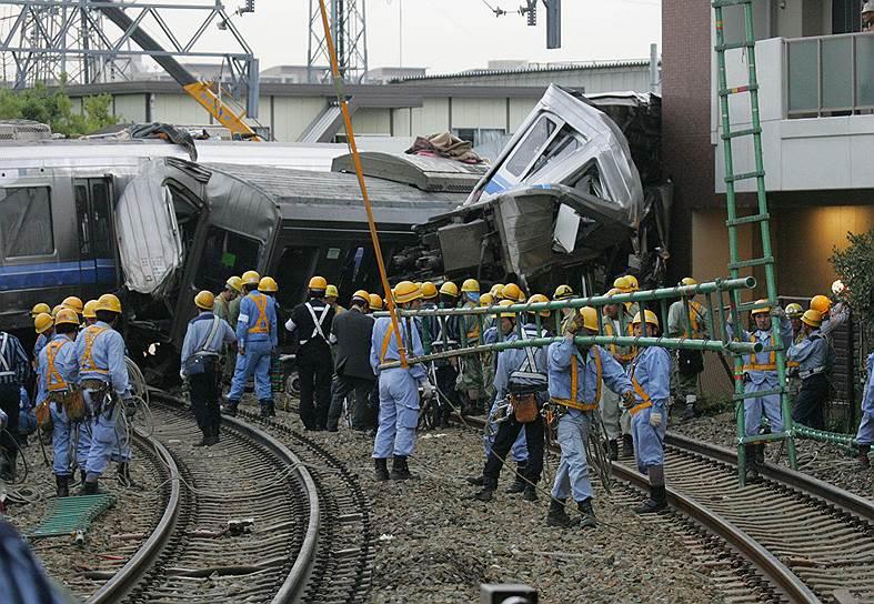 2005 год. Крушение в Амагасаки (Япония): из-за превышения скорости пассажирский поезд сошел с рельсов и врезался в здание многоэтажной парковки. Погибли 107 человек, 562 получили ранения