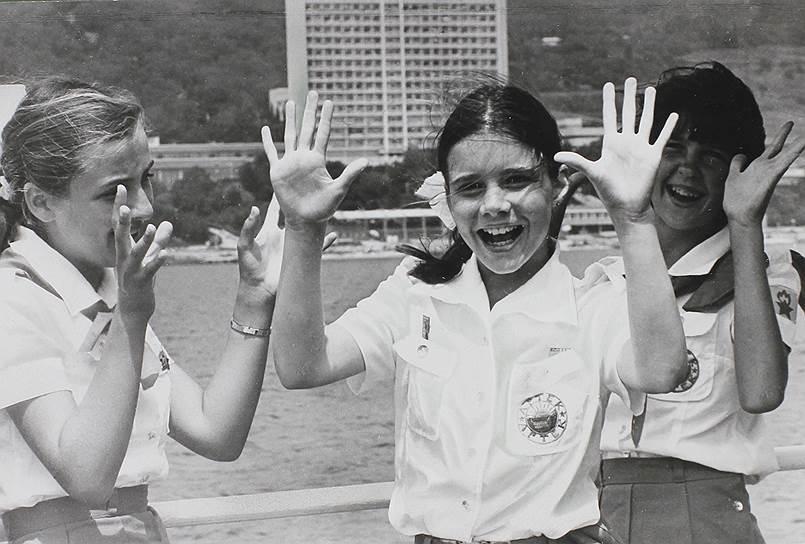 1983 год. Лидер СССР Юрий Андропов пригласил в Советский Союз американскую девочку Саманту Смит, написавшую ему письмо