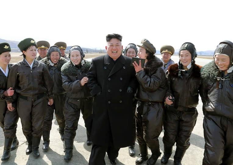 Март 2014. Ким Чен Ын с солдатами национальной армии